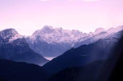 是大厦以后的山山风景 库存图片