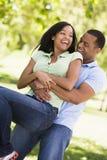 是夫妇户外嬉戏微笑 免版税库存图片