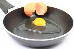 是崩裂鸡蛋油煎的有机原始的早餐 免版税图库摄影