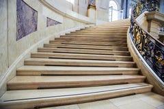 是弯曲和上升与与镀金料的美丽的扶手栏杆大理石梯子的看法 库存图片