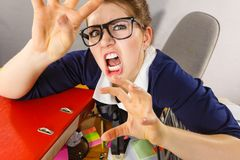 是恼怒的疯狂的独裁的女实业家愤怒的 库存图片