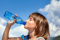 是愉快美丽的完全地饮用的女孩听到i,如果图象感谢会您新的使用的水 库存图片