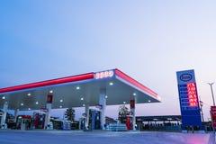 是拉差,春武里市/Thailand - 2018年4月18日:埃索石油加油站 库存照片
