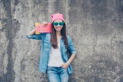 是星!有冰鞋板的年轻可爱的行家女孩在骗局 库存图片