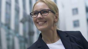 是显示姿态的快乐的妇女,愉快获得在工作的期望位置 股票录像