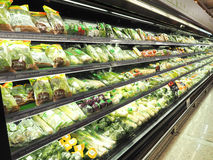 是普遍的在超级市场冰箱的菜 库存图片