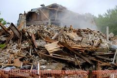 是有些片段在背景中的被毁坏的大厦是墙壁落剩余的大厦的可看见的部分 库存图片