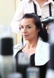 是有被剪的头发她的纵向妇女年轻人 免版税库存照片