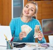 是正面少妇收入的金钱自由职业者 库存照片