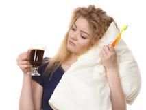 是滑稽的妇女晚饮用的咖啡 免版税库存图片