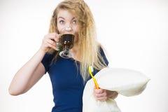 是滑稽的妇女晚饮用的咖啡 库存照片