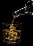 是玻璃倒了威士忌酒 免版税库存照片