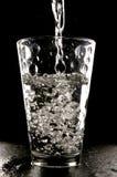 是玻璃倾吐的水 免版税库存图片