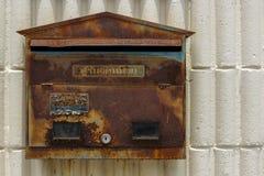 是生锈的颜色削皮的老邮箱 库存图片
