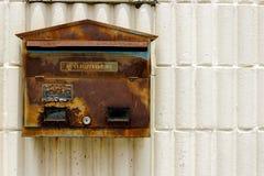 是生锈的颜色削皮的老邮箱 库存照片