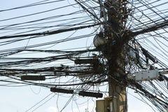 是电的导线繁忙的在电杆 图库摄影