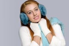是的女孩冷的,与手套和耳朵笨拙的人 库存图片