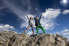 是的小组两个愉快的女性登山人 免版税图库摄影