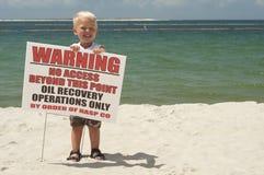 是的海滩白肤金发的男孩被清洗的逗&# 库存照片