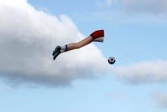 是的足球被踢的风筝 免版税图库摄影
