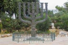 是礼物到从英国国会的以色列的美好的古铜色Menora雕塑 免版税库存照片