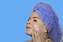 是秀丽的少妇应用的表面化妆水 免版税库存照片