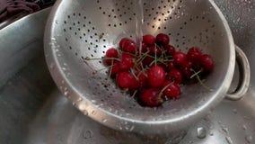 是红色的樱桃录象剪辑手洗涤了 影视素材