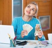 是美丽的少妇收入的金钱自由职业者 免版税库存图片