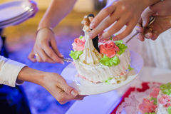 是美丽的蛋糕被剪切对婚礼 免版税库存照片