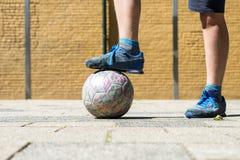 是能甚而比赛非正式的草坪被演奏的足球街道 免版税图库摄影