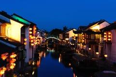 是被挂的灯笼的中国老房子由河沿位于 免版税库存照片