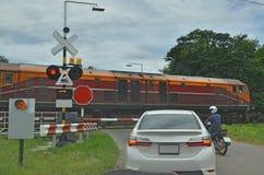 是车的中止安全,当火车通过 免版税库存图片