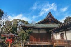 1958年是轰炸被毁坏的日本灯笼meiji重建的寺庙东京是wwii 免版税库存照片