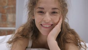 是通过年轻女性在床上,摇头给允许 股票视频