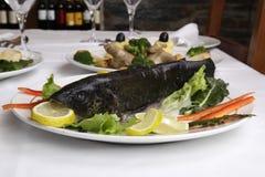 是通配煮熟的盘餐馆的鳟鱼 免版税库存图片