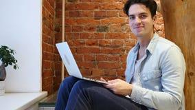 是,摇头的年轻人,工作对膝上型计算机达成协议 股票视频
