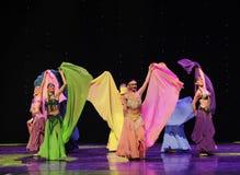 是暴乱的与颜色围巾土耳其腹部舞蹈这奥地利的世界舞蹈 免版税库存图片