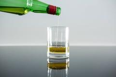 是玻璃倒的威士忌酒 库存图片