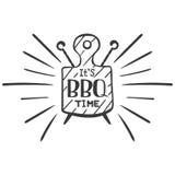 是bbq时间 行家一串餐馆烤肉的商标和象征在切板和串的背景的 边界月桂树离开橡木丝带模板向量 免版税库存照片