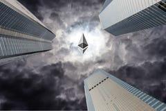 是ethereum隐藏货币和企业大厦的混杂的图象 免版税库存照片