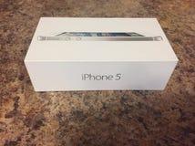 是iPhone的一个老版本iPhone 5箱子的社论照片 库存图片