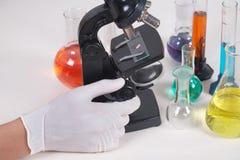 显微镜和测试管 免版税库存照片