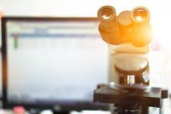 显微镜在发现事特别的科学实验室 库存照片