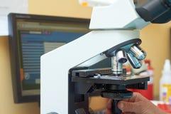 显微镜在真正的实验室 免版税库存照片