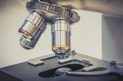显微镜在科学和健康保健研究实验室 免版税库存照片