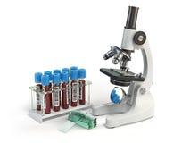 显微镜有在whi隔绝的血样的医学化验管 库存图片
