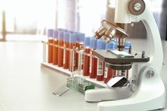 显微镜有血样的医学化验管在实验室, 库存照片
