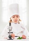 显微镜男孩 免版税库存图片