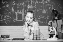 显微镜试管化学反应 在黑板的学生 迷人的科学 正规教育学校 库存照片