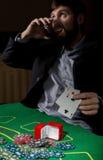 显示一个丢失的组合在啤牌卡片,人的打牌者喝从哀情的威士忌酒 免版税库存图片